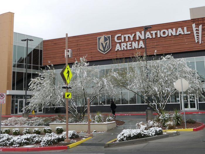ベガスを本拠地とするプロアイスホッケーチーム Vegas Golden Knights の練習アリーナの前もうっすら積雪。