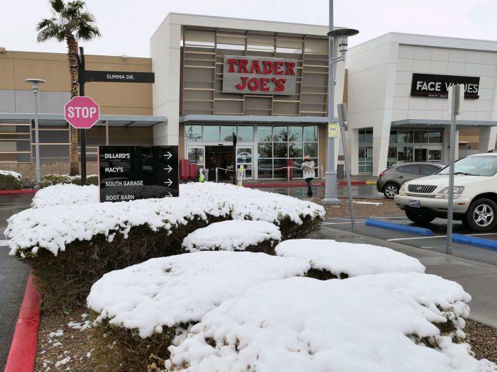 日本人観光客にも人気の食品店 TRADER JOE'S の駐車場にも雪。