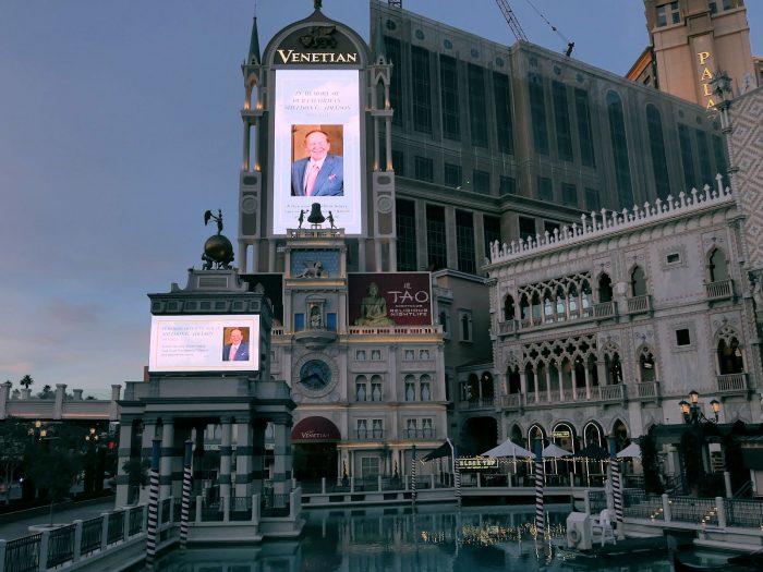 訃報を伝えるベネチアンホテルの広告塔。(2021/1/12)