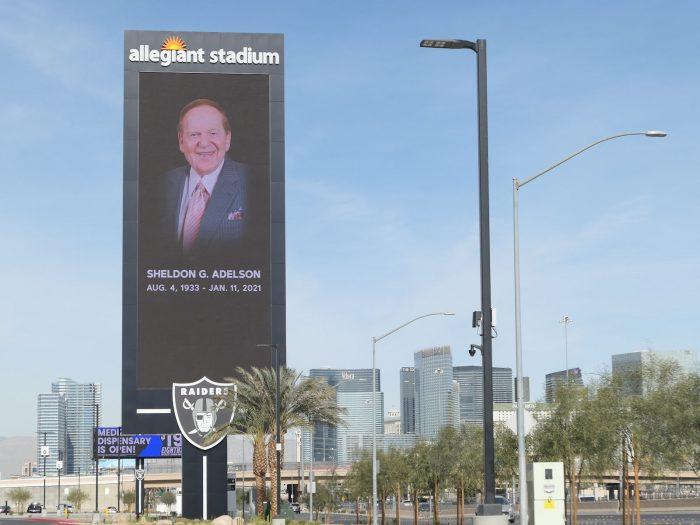 アデルソン氏の訃報を伝える巨大広告塔。(2021/1/12)