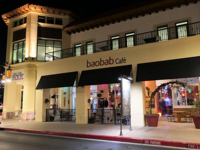 夜の baobab Café。ショーの会場はこの店の店内の奥にある。