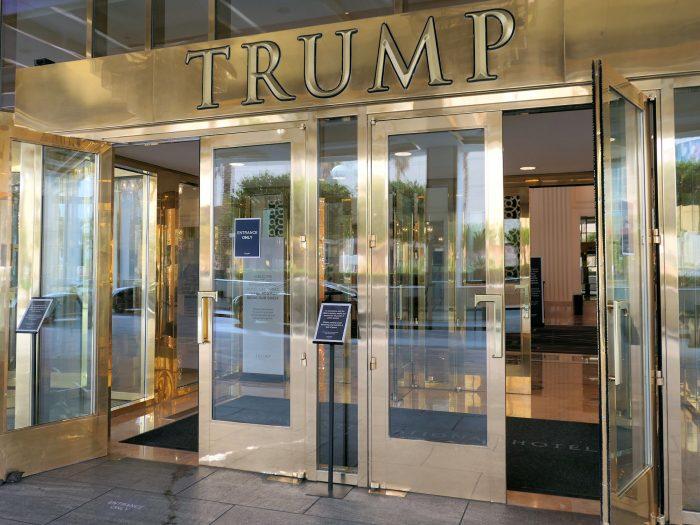 玄関ドアなどもすべて金ピカ。