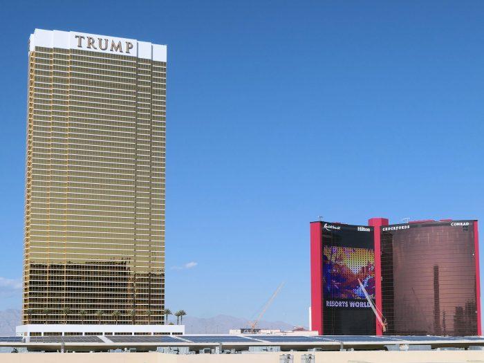 金ピカがトレードマークのトランプタワー。右奥は建設中のリゾートワールド。
