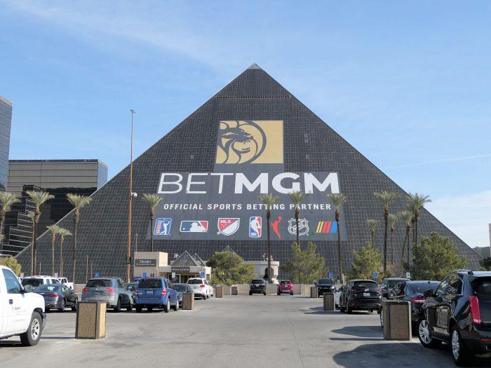 ピラミッド型ホテルとして知られるルクソールも MGM社が運営。