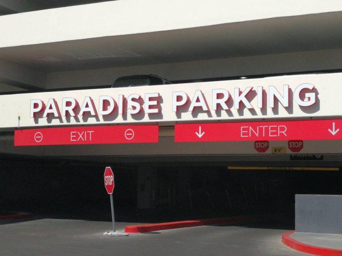 ヴァージンホテルの無料駐車場。