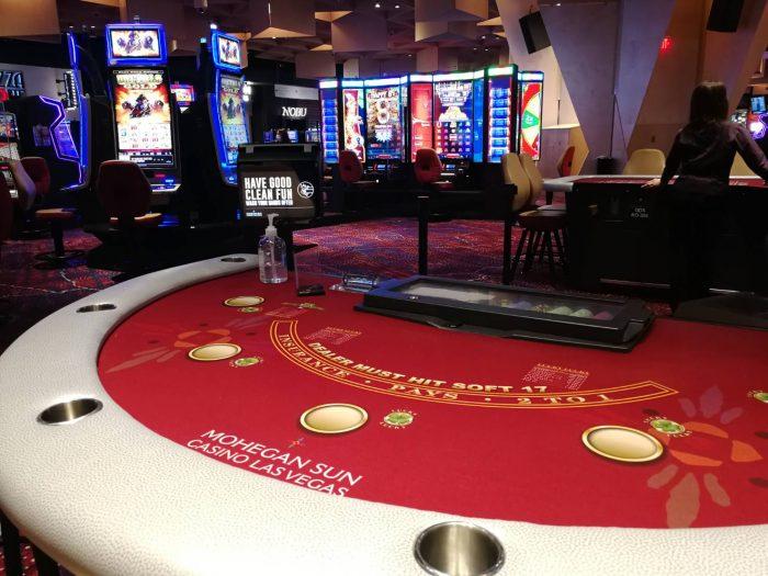 ヴァージンホテル内のカジノ「Mohegan Sun」が運営するブラックジャックテーブル。