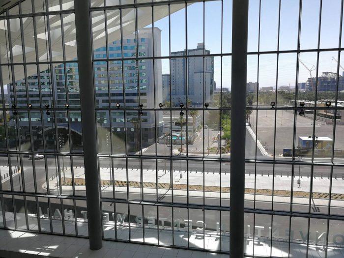 西館の2階から南側を見たところ。右奥に小さく見える建設中の円形の建物は地球型シアターSphere 。