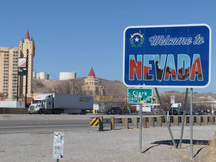 高速15号線の脇に立つネバダ州とカリフォルニア州の州境を示す標識。