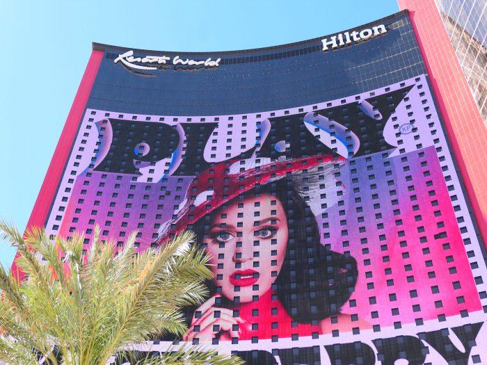 Resorts World の客室棟。外壁が巨大な広告パネルになっている。