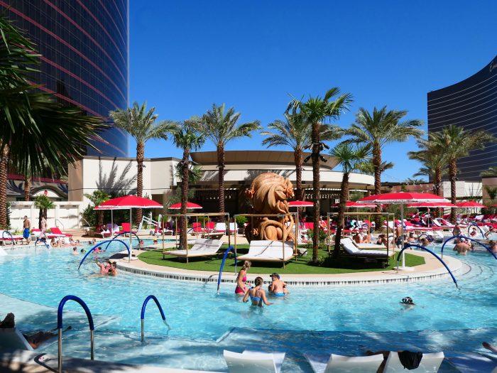 Main Pool と呼ばれているプール。日本のホテルのプールと比べると十分すぎるほど立派だが、ラスベガスのホテルのプールとしては小さい。