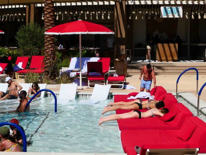 ビーチベッドは無料で使える。(プールでイベントなどがあるときは有料になることもあると思われる)