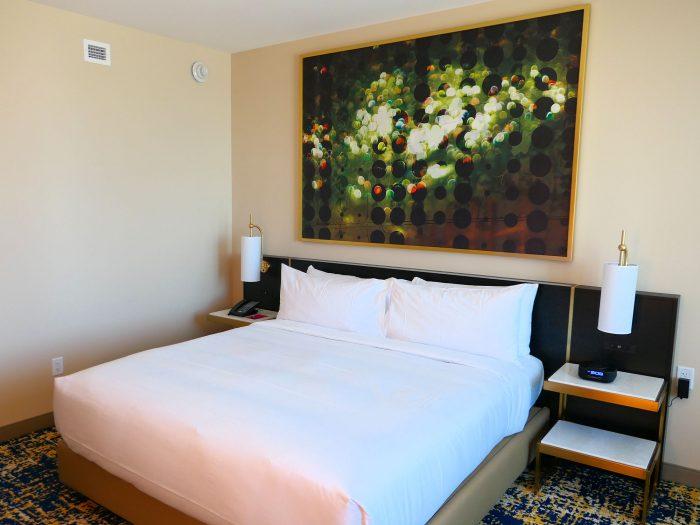 Resorts World 内の Hilton セクションの One King Bed。