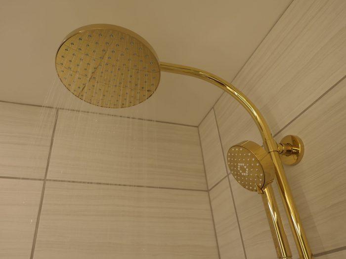 可動式(右側の小さい円形)に加え、大型の固定式のシャワーヘッドも。