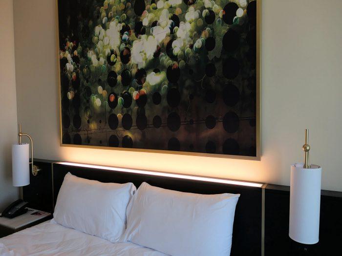 明るく光っている部分が間接照明。ベッド周辺にはスイッチがない。