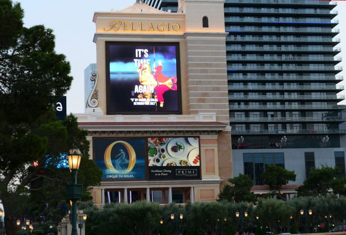 Bellagio ホテルの広告塔。シルク・ドゥ・ソレイユの「O」を宣伝中。右後方はコスモの東棟。