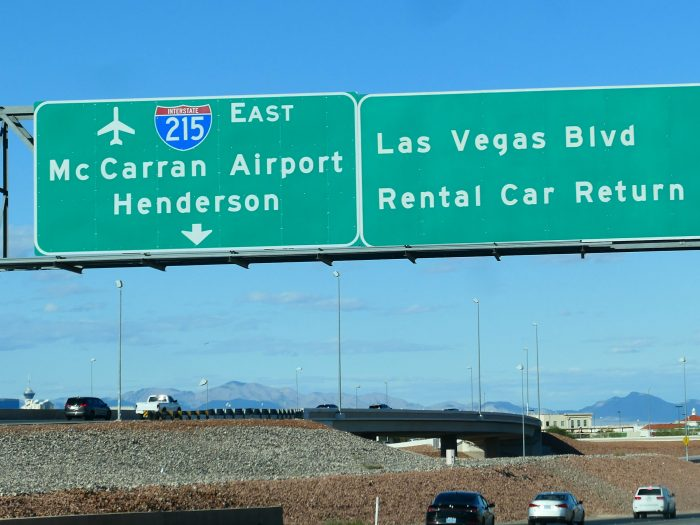 高速道路の標識。Henderson が空港方面にあることが見て取れる。